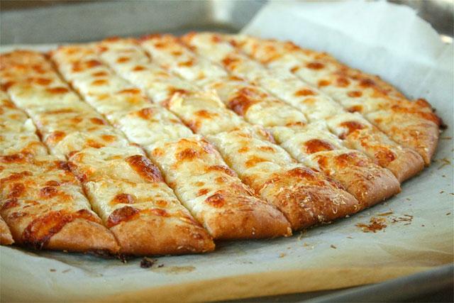 Тесто за пица и стапчиња со сирење и лук како во ресторан