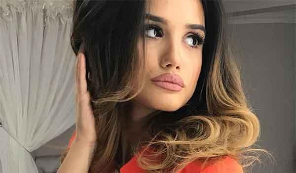 Влажна коса и без шминка: Ева Зева се соблече во бикини и ги запали социјалните мрежи