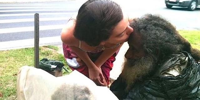 Девојка се грижела за стариот бездомник, а кога дознала за неговиот талент му го променила животот – погледнете како тој изгледа сега