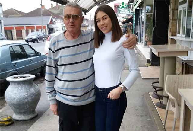 Ќерката на Милојко е дупло e постара од неговата свршеничка. Таа е позната водителка и е во очајна состојба поради нејзиниот татко