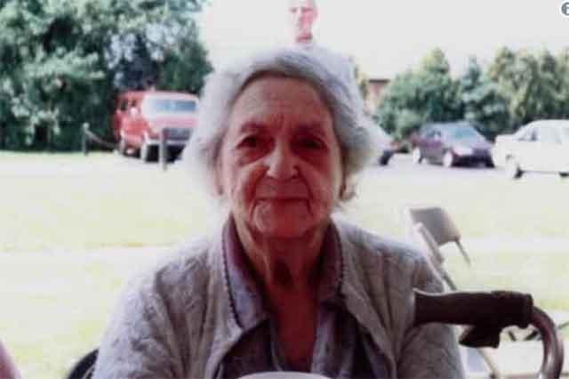 Ја фотографираше својата баба во старечки дом – кога прв пат го забележаа лицето што се наоѓаше зад неа следуваше шок!
