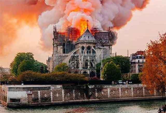 Се случи чудо во Богородичната црква во Париз – тврди дека на оваа фотографија се гледа ликот на Исус Христос (фото)