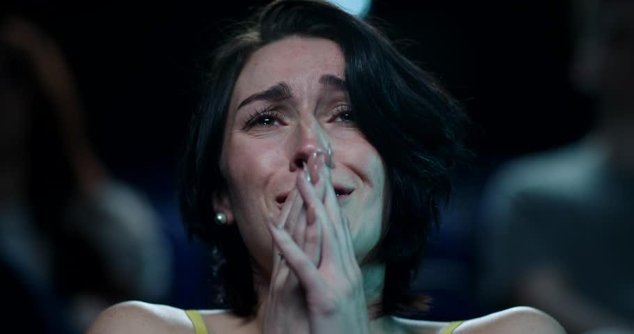 Дали плачеш додека гледаш филм? Ова е голема тајна за луѓето што плачат додека гледаат филм…