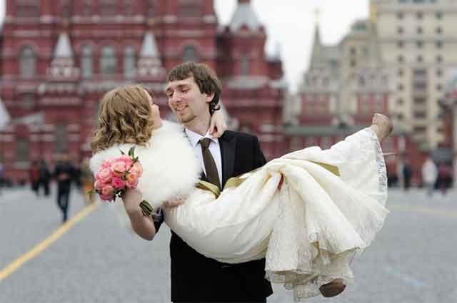 Цел Балкан плаче од смеење заради оваа фотографија од свадба – кога ќе го видите долниот дел од сликата, сé ќе ви стане јасно