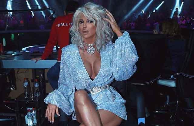 Карлеуша се појави во преубав фустан, но сите зачудено ја гледаа доле – ПОГЛЕДНЕТЕ, ова е нешто што досега го немаме видено...