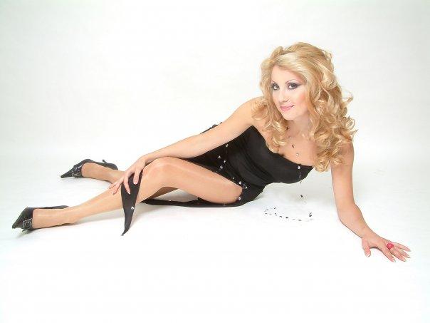 Заради љубов ја напушти Македонија - еве како изгледа денес пејачката Јасмина Мукаетова, годините не ѝ можат ништо